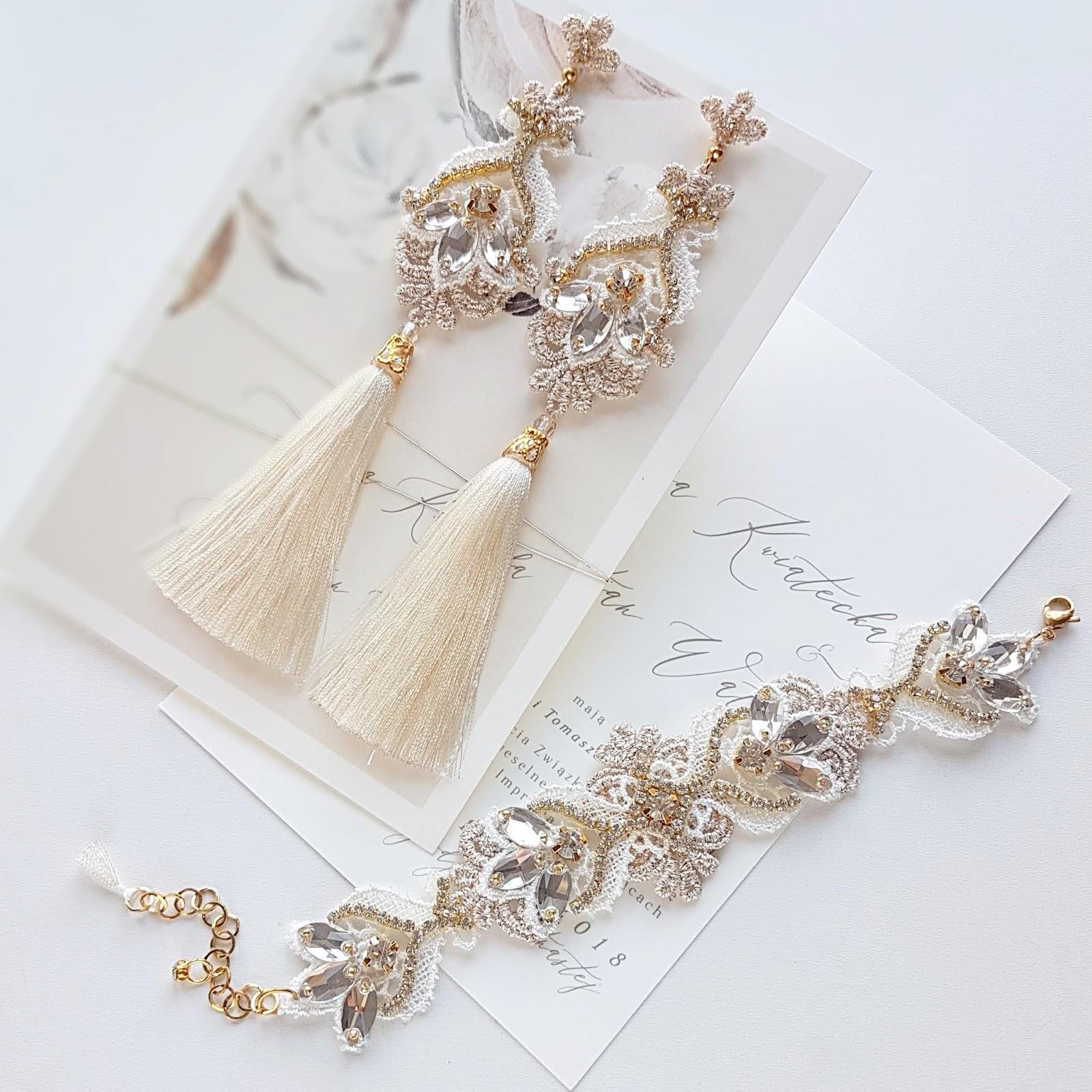 Złote kolczyki ślubne z chwostami.
