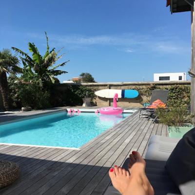 seule au bord de la piscine