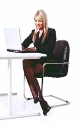 Gambar wanita memakai dan mengoperasikan laptop dengan benar