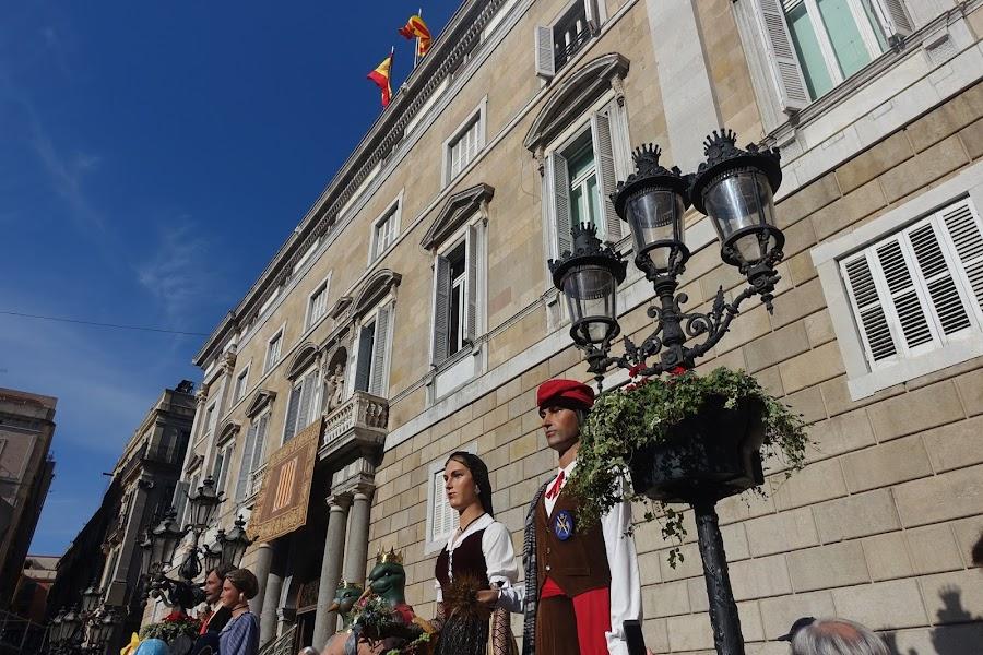 バルセロナ市庁舎(Ayuntamiento de Barcelona)とヒガンテス(Gigantes)