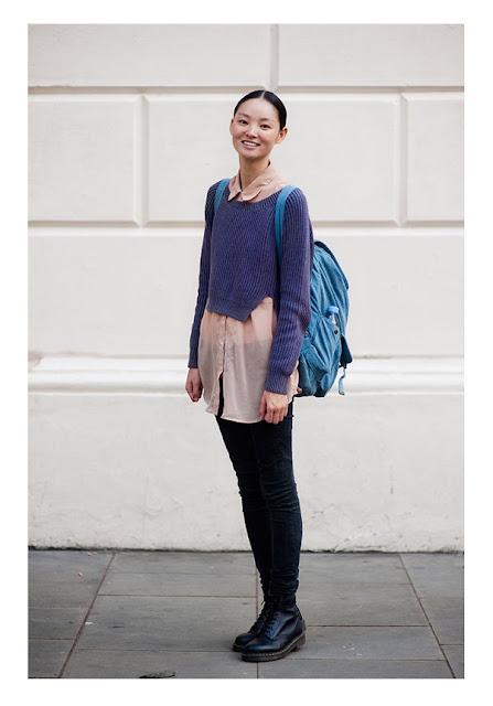 Розовая рубашка с синим укороченным свитером