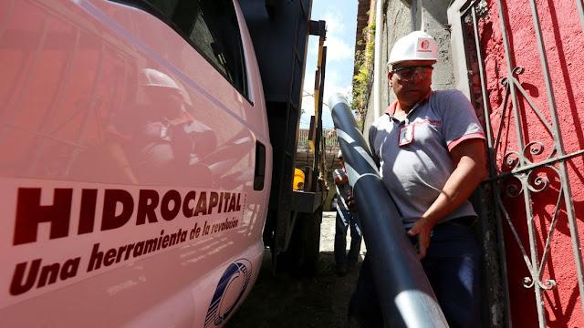Trabajador de Hidrocapital realizando rutina mantenimiento
