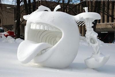 Apfel Schneeskulptur mit großem Mund witzig