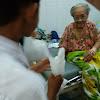 Siswa MAM Watulimo Bagi Ta'jil untuk Pasien di Puskesmas Slawe