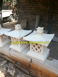 Lampion taman dibuat dari batu putih / batu jogja