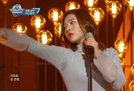 """Joy (Red Velvet) bị chê """"bẩn"""" vì lộ nách ướt khi đang biểu diễn"""