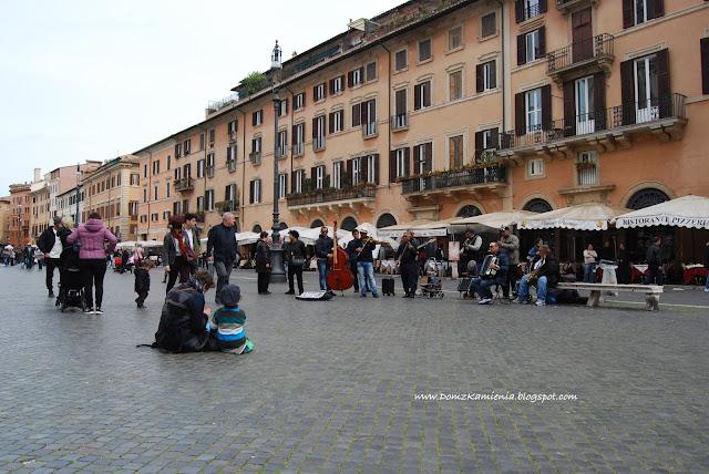 Przed Panteonem w Rzymie