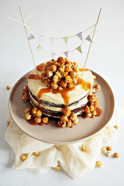 Tort czekoladowo-karmelowy z popcornem