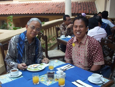 ARIF RAHMAN : Foto bersama dengan Prof. Dr.Arief Rahman, pakar Pendidikan. Foto diambil di sela sela jamuan Makan Pagi di Hotel Sol Elit Marbela Banten (29/9). Foto Istimewa