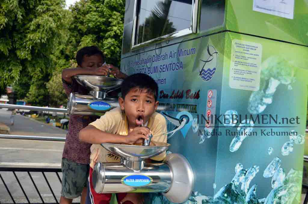 Sudah Dilarang! Masih Banyak Warga di Kebumen yang Ambil Air KASM Gunakan Botol