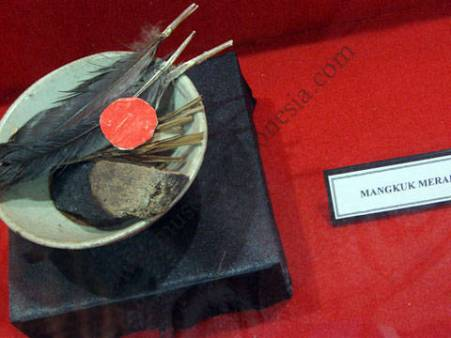 Ritual upacara mangkok merah suku dayak