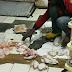 [GAMBAR] Pekerja Bungkus Ayam, Sotong, Udang Di atas Lantai