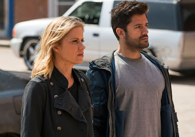 Fear the Walking Dead - 2x12 - Pillar of Salt: Madison Clark (Kim Dickens) ed Oscar Diaz (Andres Londono)