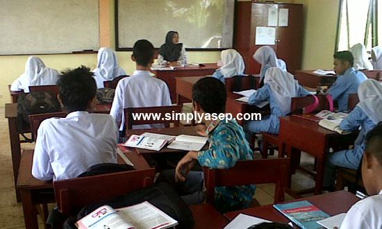 BELAJAR : Peran Guru Garis Depan (GGD) akan menjawab kebutuhan akan tenaga pendidik di daerah terpencil.   Foto Asep Haryono