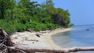 Meskipun wisata Jepara identik dengan Karimunjawa, ada satu destinasi lagi yang sayang untuk dilewatkan, sebut saja Pulau Panjang. Berwisata sambil menikmati keelokan pulau dengan biaya yang relatif terjangkau.