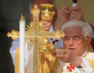 Resultado de imagen para benedicto XVI orando