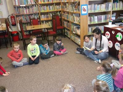 Dzieci słuchają książeczki 2