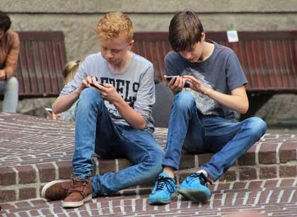 Ponsel atau yang lebih dikenal dengan smartphone memanglah sebuah terobosan teknologi yan Contoh Hortatory Exposition Text - Mobile Phone Should be Banned for Students at School