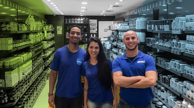 SNC quer que lojas da rede tenham equipe mais diversa. Na imagem, time responsável por uma unidade no Rio (Foto: SNC/Divulgação)