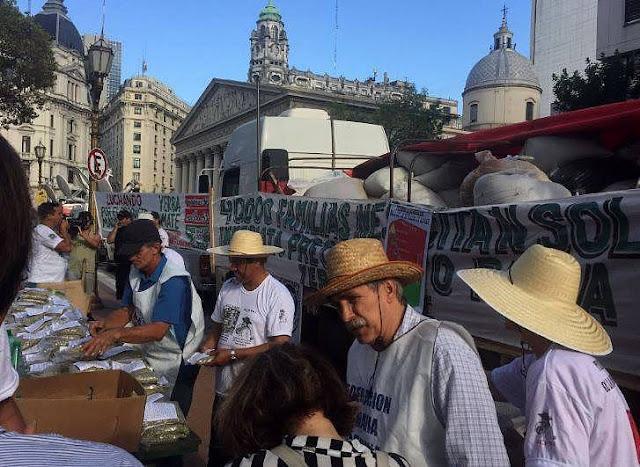 """Reparten en Plaza de Mayo 30 mil kilos de yerba mate, en reclamo por el """"precio justo"""""""