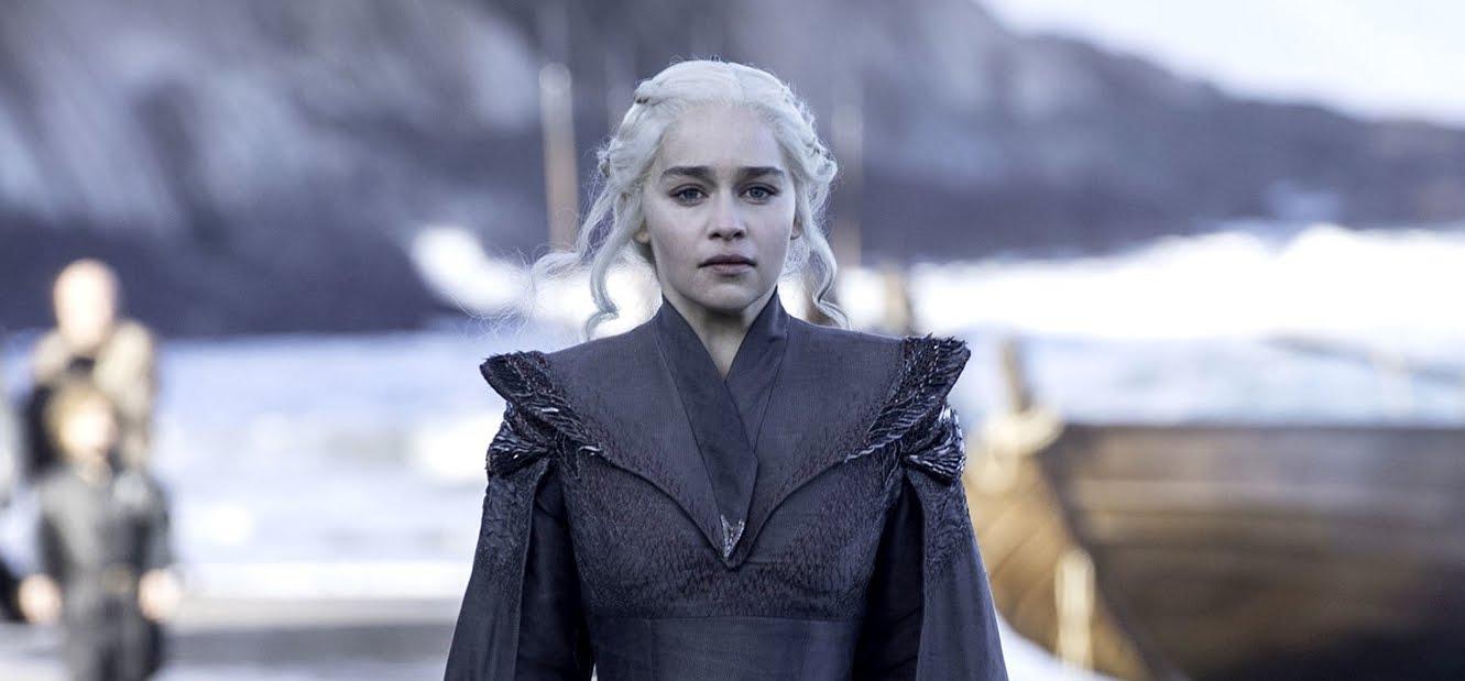 """Il Trono di Spade, Emilia Clarke promette capitoli """"shock""""."""