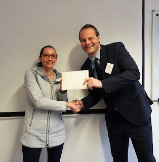 Krischan Hoppe (Geschäftsführer von Impulse e.V.) übergibt Kim Nina Olejnik-Henrichs einen Impulse-Preis 2018