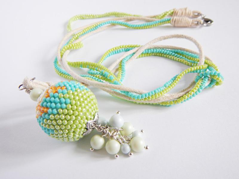 Kulka koralikowo-szydełkowa z pastelowymi perełkami
