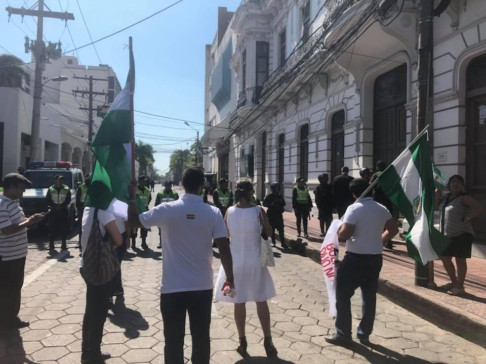 Cruceños no pudieron ingresar a la plaza central en su aniversario / FACEBOOK MARIA BELÉN MENDIVIL
