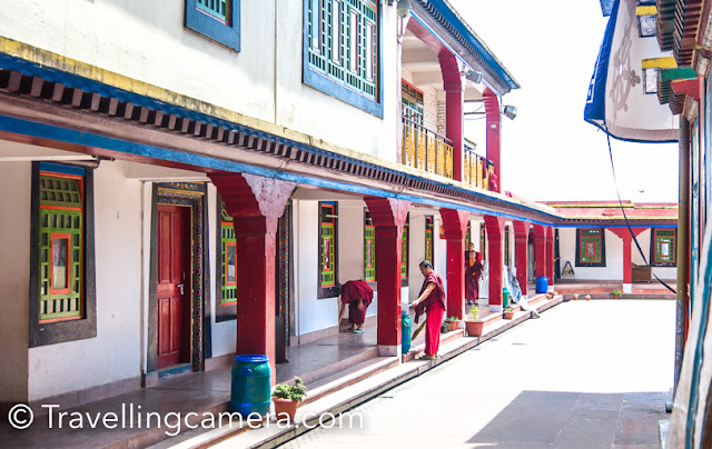 We took a round of the monastery and were delighted to observe the monks going about their businesses. Some monks were sweeping the courtyards, others washing their robes and hanging them out to dry, while others were busy studying scriptures.