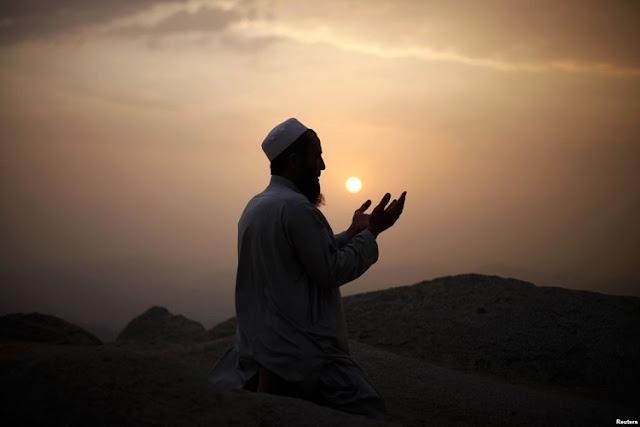 Kisah nyata dahsyatnya tawakal - ilustrasi : pray to Allah reuters +Google Images