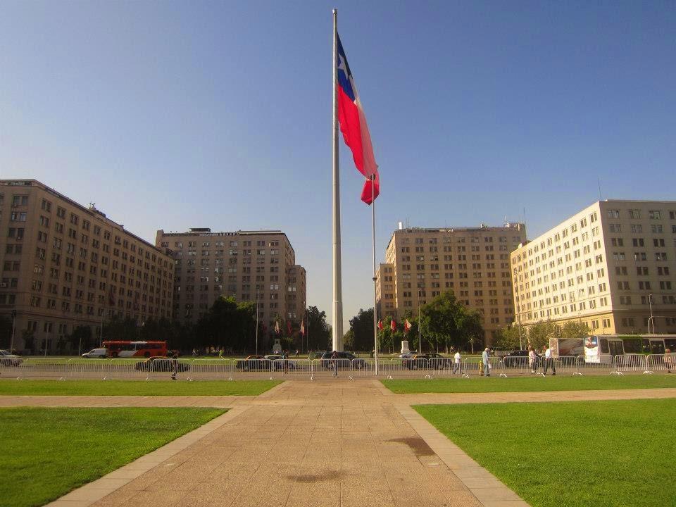 Bandeira do Chile em praça de Santiago, capital do país