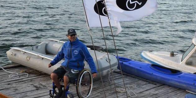 Hombre en silla de rueda preparado para navegar
