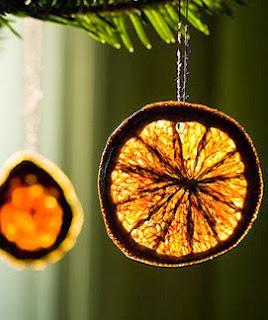 http://manualidadesnavidad.org/adornos-de-navidad-hechos-con-naranja/