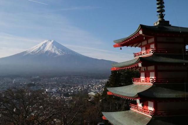 Gunung Fuji dengan latar belakang Pagoda Chureito di Prefektur Yamanashi, Jepang
