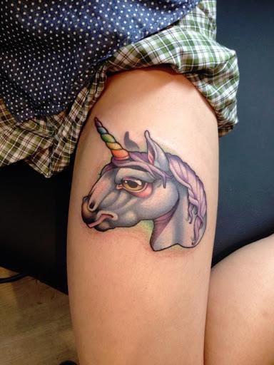 Essa tatuagem de alta na coxa