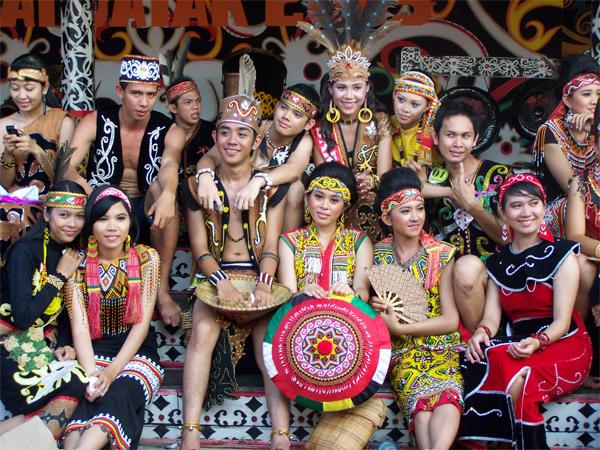 Pria dan Wanita Dayak menggunakan Baju Adat Dayak di Gawai Dayak