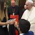 Moça é pedida em casamento na frente do Papa Francisco