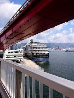 神戸に入港するクルーズ客船