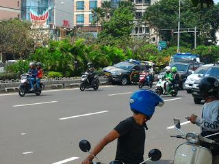 Mobil polisi naik separator busway