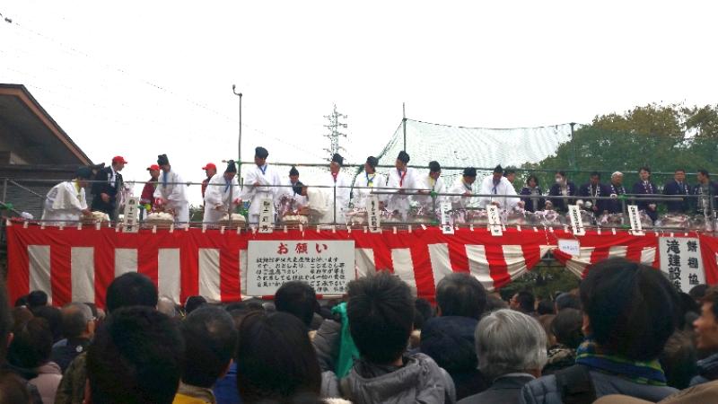 人文研究見聞録:田縣神社の豊年祭の餅まきの様子