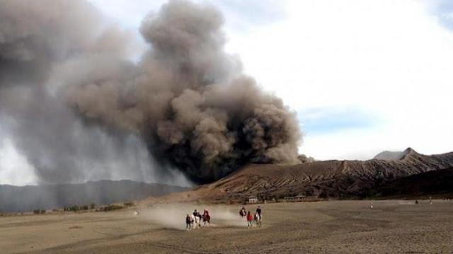 Breaking News!! Gunung Bromo Erupsi, Statusnya Kini Waspada