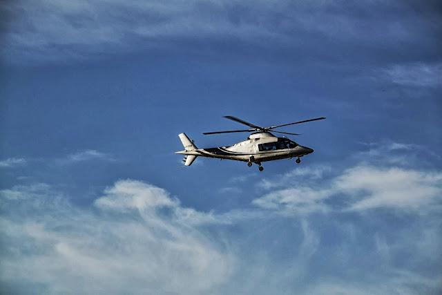 Helicóptero volando en las nubes
