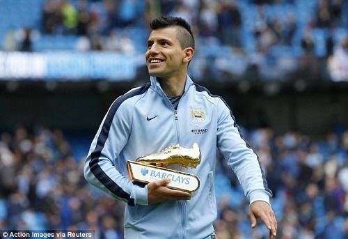 Sergio Aguero vui mừng nhận Giày vàng Premier League năm 2015