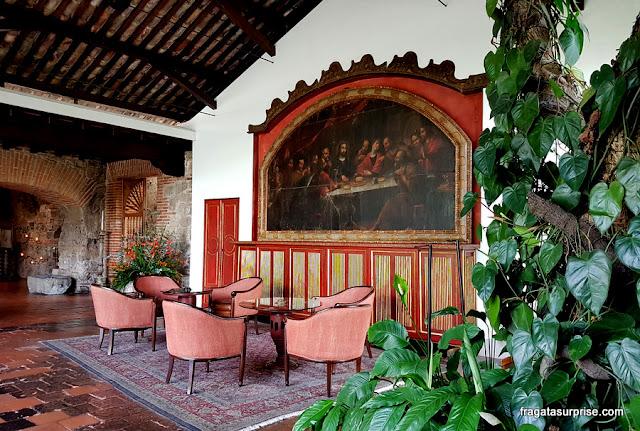 Obras de arte em uma sala de estar do Hotel Museu Casa Santo Domingo, em Antigua Guatemala