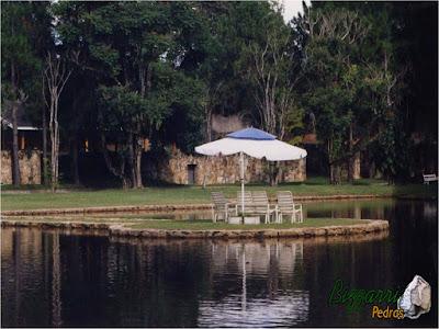 Construção do lago com a ilha no meio com o guarda sol. Lago com os muros de pedra com execução do paisagismo sendo que o lago ficou de frente para a residência. Construção de lago em Bragança Paulista-SP.