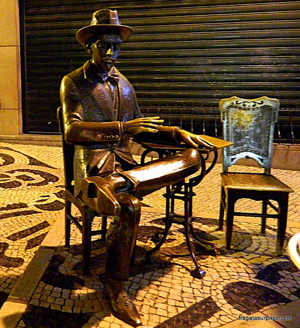 Estátua de Fernando Pessoa na calçada do Café A Brasileira, no bairro do Chiado, Lisboa