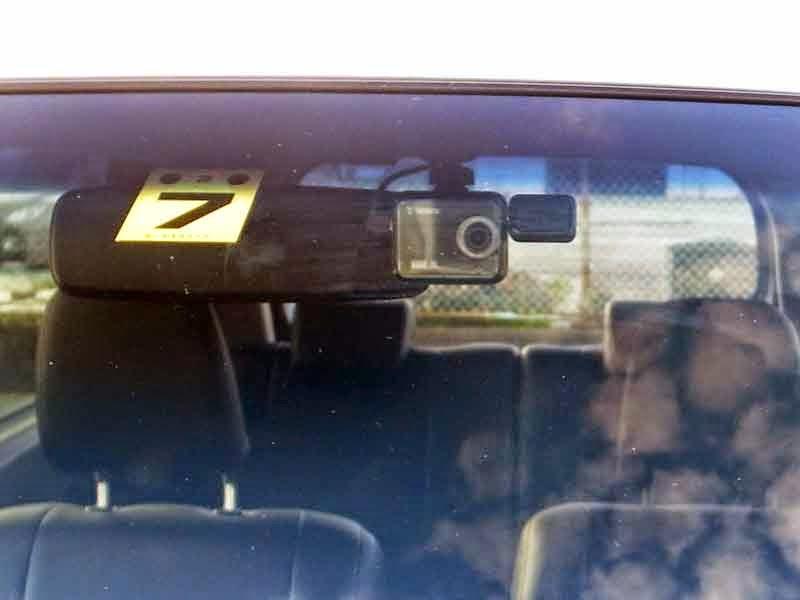 DRY-WiFi40cドラレコ運転席からはモニターが見えない位置に取付けしました。でもよく考えればモニターがwifiかブルートゥースでスマホに飛ばしコンパクトなカメラ本体とコントローラー本体を車の見えない位置に付ければ良いんじゃない?