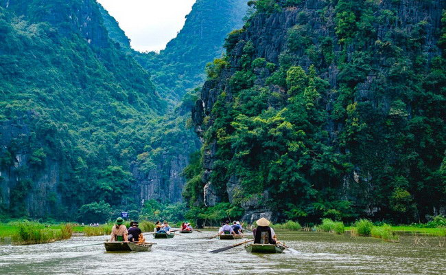 Xvlor Tam Coc is spectacular landscape of karst, rice fields and Ngo Dong River