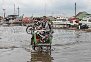Selalu ada cerita di balik banjir rob