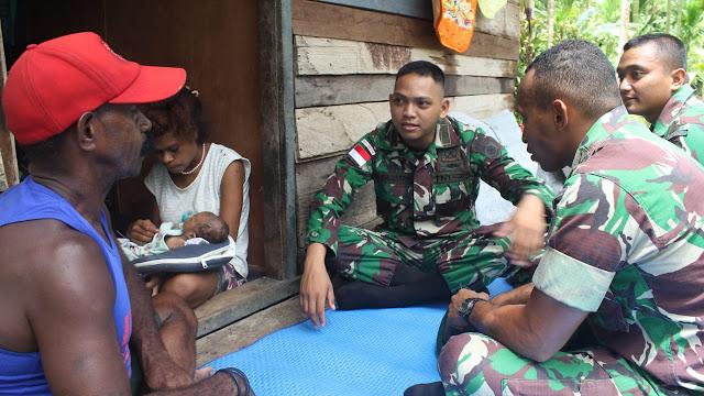 Istri Melahirkan Dibantu TNI, Warga Papua Beri Hormat Pada Satgas Pamtas Yonif PR 328 Kostrad